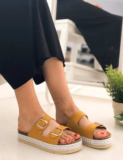 Γυναικείες ώχρα Flatform παντόφλες με ασημί σχέδιο και λουριά PA367